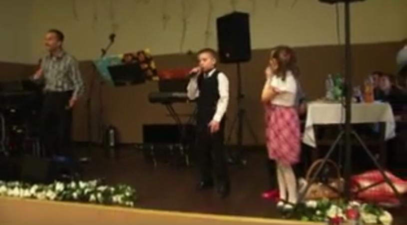Nagranie, w którym na imprezie weselnej jeden z chłopców rapuje przed zebranymi gośćmi utwór Paktofoniki, podbija sieć.