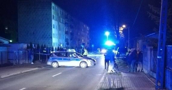Krwawa masakra policjantów i przypadkowych mieszkańców Inowrocławia była o włos. Znamy nowe okoliczności wieczornej strzelaniny przy ul. Marii Skłodowskiej-Curie w tym mieście. Dwóch policjantów CBŚP i poszukiwany od lutego przestępca zostali ranni w wymianie ognia. Jak ustalili reporterzy RMF FM, bandyta uciekł z domu przed funkcjonariuszami i próbował dostać się do samochodu, w którym znajdował się arsenał broni. Prokuratura wszczęła śledztwo ws. strzelaniny.