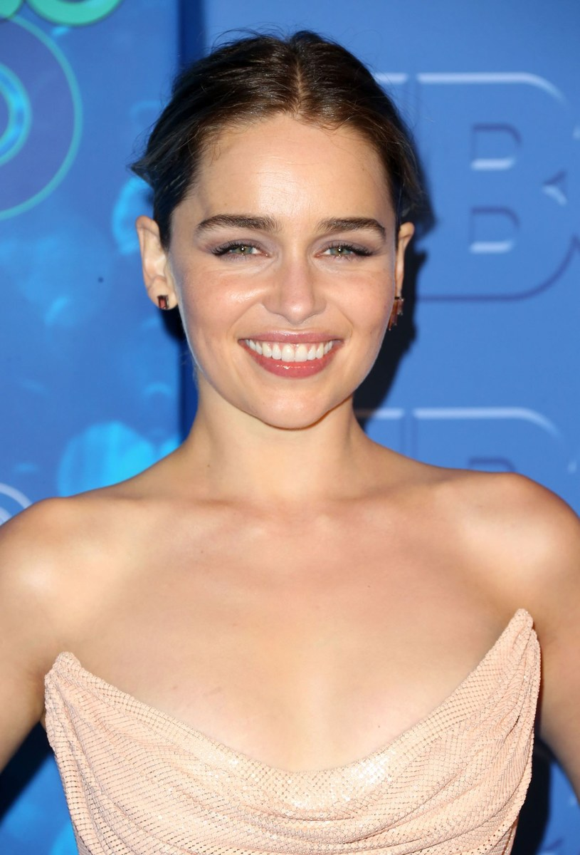 """Gwiazda serialu """"Gra o tron"""" - Emilia Clarke - pochwaliła się na Instagramie wspólnym zdjęciem z reżyserem Ronem Howardem. Aktorka zakończyła właśnie swoje dni zdjęciowe na planie filmu poświęconego postaci Hana Solo."""