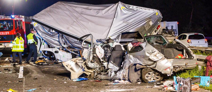 Polski kierowca, sprawca wypadku na zachodzie Niemiec, w którym zginęły trzy osoby, był pijany - poinformowała niemiecka policja. Badanie wykazało, że 34-letni mężczyzna miał we krwi 3,09 promila alkoholu.