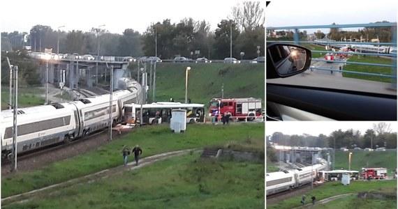 Prokuratura wszczęła śledztwo po wczorajszym zderzeniu pociągu z autobusem, do którego doszło koło Warszawy. Śledztwo dotyczy sprowadzenia bezpośredniego niebezpieczeństwa katastrofy w ruchu lądowym. Zarzuty postawiono 48-letniemu kierowcy.