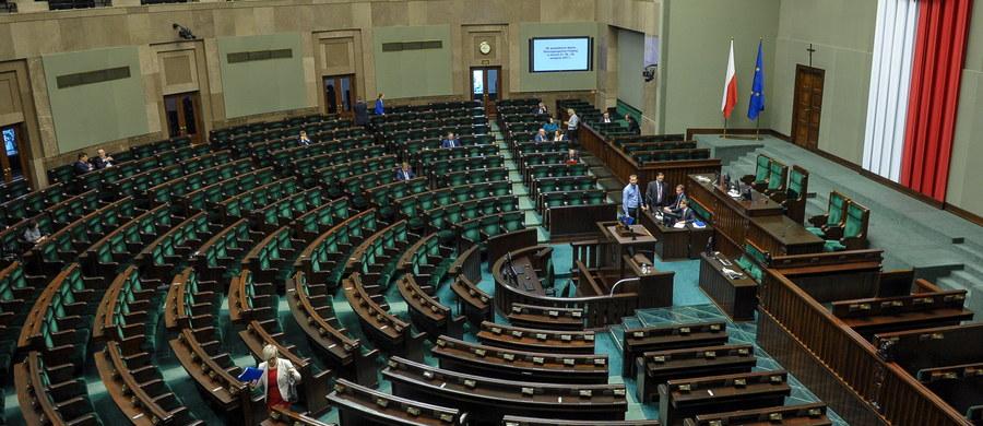 Komisja Regulaminowa, Spraw Poselskich i Immunitetowych opowiedziała się w środę za przyjęciem wniosku o wyrażenie zgody na pociągnięcie do odpowiedzialności karnej posła PiS Dominika Tarczyńskiego. Wniosek w tej sprawie złożył poseł PO Marcin Kierwiński.