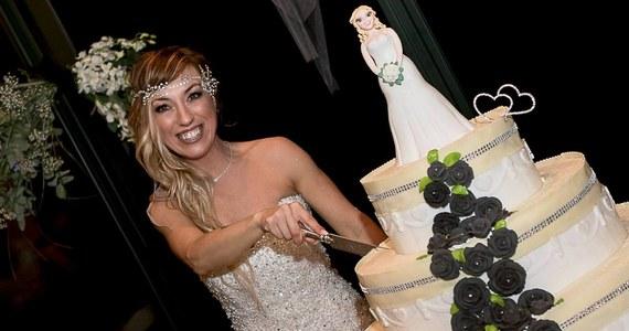 """Ubrana w białą suknię, w obecności trzech druhen i 70 weselnych gości pewna Włoszka powiedziała sakramentalne """"tak""""... samej sobie. Ceremonia miała charakter symboliczny i nie była wiążąca prawnie. """"Wierzę, że każdy z nas powinien kochać przede wszystkim siebie"""" - wyjaśniła 40-letnia trenerka fitness. """"Ty też możesz mieć ślub jak z bajki nawet bez księcia"""" - dodała."""