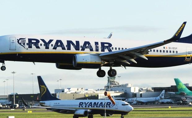 Liniom lotniczym Ryanair grozi wielomilionowa grzywna Powodem jest niedostateczne tłumaczenie pasażerom ich praw w przypadku odwołanych lotów. Pierwsze kroki podjął już brytyjski urząd regulujący lotnictwo cywilne CAA. Wczoraj przewoźnik odwołał kolejnych 18 tys. rejsów. Wycofa też samoloty na 34 trasach. Ograniczenia te wprowadzone zostaną między listopadem a marcem przyszłego roku i dotkną 400 tys. pasażerów.