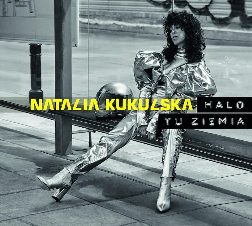 """Informacja o tym, że kompozycje do najnowszej, dziewiątej już płyty Natalii Kukulskiej powstawały w górach, może wywołać grymas zniechęcenia. Czyżby kolejna artystka o ugruntowanej pozycji pokusiła się o sentymentalne wywody i wątpliwej jakości wspominki przy gitarze? Jeśli zaczniemy słuchać """"Halo tu ziemia"""" z takim nastawieniem, album wgniecie nas w podłogę. Z drugiej strony - jeśli po singlu """"Kobieta"""" oczekiwaliście fajerwerków na miarę Sia, Bjork i Roisin Murphy, elektro-koktajl Kukulskiej może was... rozczarować."""