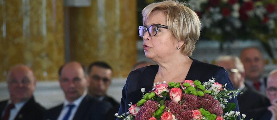 """Sądy nie mogą być wciągane w wir gier politycznych; nie można stale mówić o nich """"źle i wyłącznie źle"""" - podkreślała I prezes Sądu Najwyższego Małgorzata Gersdorf podczas obchodów 100-lecia SN na Zamku Królewskim w Warszawie. Prezydent Andrzej Duda w liście do sędziów SN z okazji uroczystości, napisał, że """"sprawiedliwość, to jeden z filarów, na których opiera się państwo pojmowane jako dobro wspólne"""". """"Dlatego tak istotne jest doskonalenie wymiaru sprawiedliwości. Sprawne, cieszące się społecznym zaufaniem sądownictwo, to rdzeń nowoczesnego państwa demokratycznego"""" - podkreślił prezydent."""