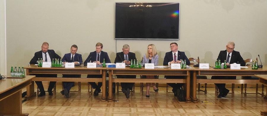 Tomasz Arabski, Krzysztof Bondaryk, Jacek Cichocki i Marian Janicki - nazwiska tych polityków i urzędników państwowych są na liście świadków do przesłuchania przez komisję śledczą badająca aferę Amber Gold - dowiedzieli się reporterzy RMF FM. Decyzja zapadła na tajnym posiedzeniu komisji.