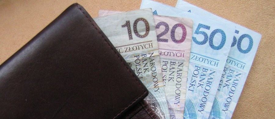 40 tysięcy złotych wyłudził od 80-letniej kaliszanki nieznajomy, podający się przez telefon za bratanka seniorki - poinformowała kaliska policja. Mężczyzna powiedział, że grozi mu areszt, i poprosił o pieniądze na kaucję.