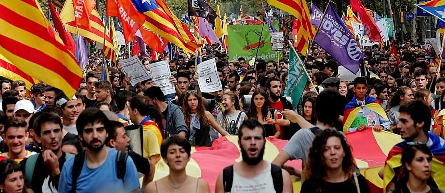 Co najmniej 10 tysięcy studentów i licealistów manifestowało w czwartek na ulicach Barcelony poparcie dla zapowiedzianego na niedzielę referendum w sprawie nieodległości Katalonii, którego zakazały władze Hiszpanii i któremu są zdecydowane przeszkodzić.