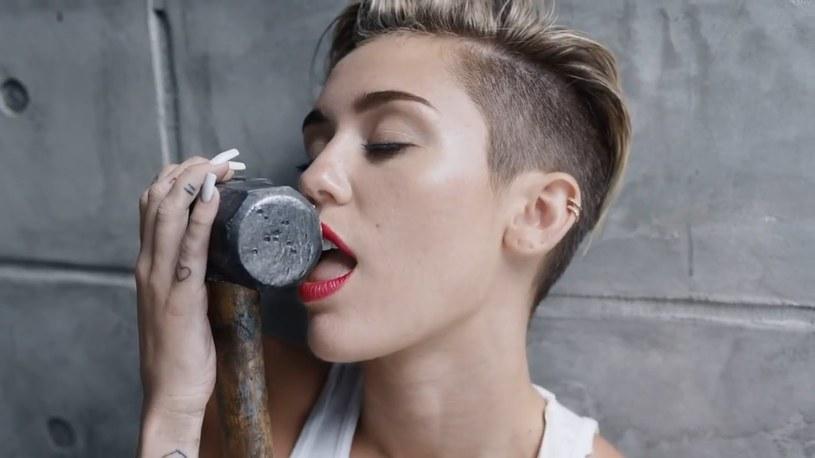 """Miley Cyrus, która promuje album """"Younger Now"""", przyznała, że po latach nie jest zachwycona poziomem piosenki """"Wrecking Ball""""."""