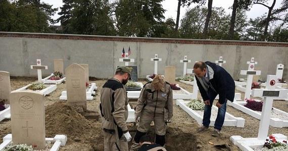 Szczecińskim naukowcom udało się odnaleźć szczątki polskiego pilota na cmentarzu w Le Crotoy w północnej Francji. Z pobranym z nich materiałem genetycznym wracają właśnie do Polski, gdzie będą chcieli zidentyfikować poległego w czasie II wojny światowej lotnika.