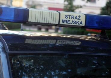Warszawa: Samochód straży miejskiej oblany kwasem masłowym