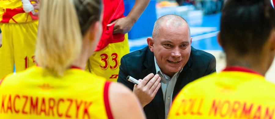 Arkadiusz Rusin, trener mistrza kraju Ślęzy Wrocław, został selekcjonerem reprezentacji Polski koszykarek - poinformowała w piątek wieczorem krajowa federacja. Zastąpił 69-letniego Bułgara Teodora Mołłowa, z którym na początku miesiąca rozwiązano kontrakt.