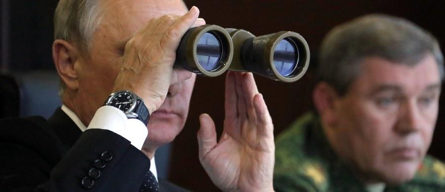 W wywiadzie dla agencji Reuters szef ukraińskiego sztabu generalnego generał Wiktor Mużenko powiedział, że Rosja po zakończonych niedawno ćwiczeniach pozostawiła na Białorusi żołnierzy, mimo że obiecała tego nie robić. Reuters opublikował wywiad w piątek.