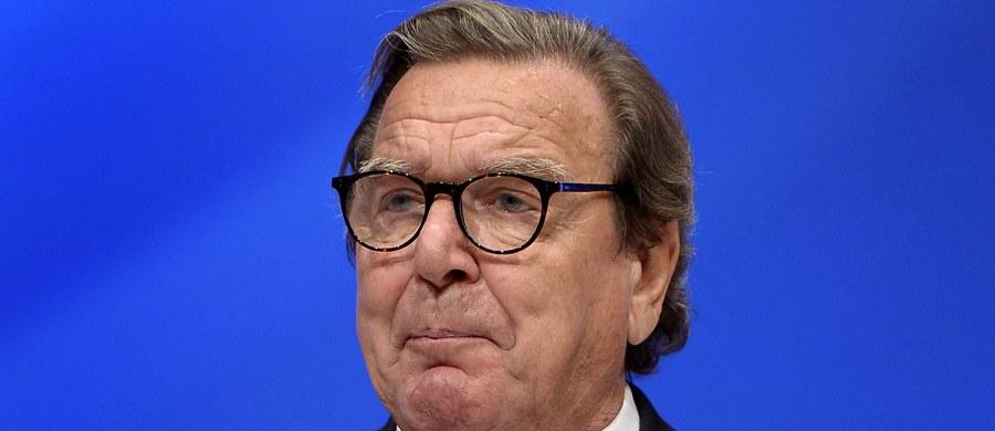 """Niemiecki dziennik """"Frankfurter Allgemeine Zeitung"""" w ostrych słowach krytykuje byłego kanclerza Gerharda Schroedera za przyjęcie stanowiska szefa rady dyrektorów w rosyjskim koncernie naftowym Rosnieft, nazywając jego decyzję """"aferą państwową""""."""