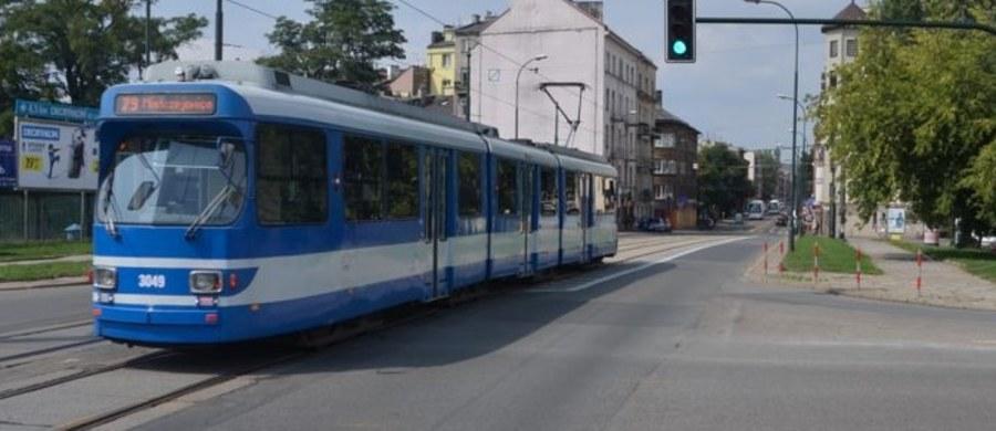 Już nie tylko uczniowie krakowskich podstawówek, ale także gimnazjaliści mogą korzystać z darmowej komunikacji miejskiej - niezależnie od tego, czy mieszkają w małopolskiej stolicy, czy poza nią. Ci, którzy uczą się w Krakowie, w autobusach i tramwajach okazują jedynie legitymację szkolną - nie muszą kupować biletów.