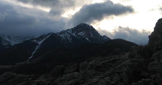 Nieprzygotowana do wysokogórskiej wyprawy para turystów utknęła w niedzielę na Granatach. Ratownicy TOPR na pokładzie śmigłowca ewakuowali kobietę i mężczyznę z bardzo trudnego szlaku. Niemal identyczna sytuacja miała miejsce w sobotę w tym samym miejscu.