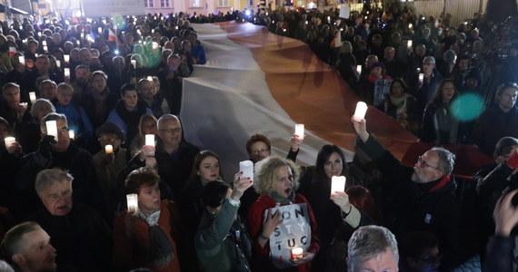 3bec52a3 Przed sądami w całym kraju odbywały się w niedzielę protesty związane z  reformą sądownictwa. Demonstranci krytykowali przygotowane przez prezydenta  projekty ...