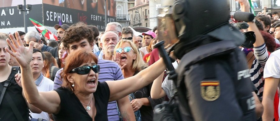 """Dzisiaj nie było referendum niepodległościowego w Katalonii. To była strategia regionalnych władz wymierzona w prawo i demokrację - oświadczył premier Hiszpanii Mariano Rajoy w transmitowanym w telewizji przemówieniu. Podkreślił, że doszło do """"porażki procesu, który służył wyłącznie sianiu podziałów, popychaniu obywateli do konfrontacji, a ulicy do rewolty"""". Z kolei Katalończycy liczą głosy. Podkreślają, że mimo nieuznania referendum przez Madryt i tak wygrali, bo pokazali światu, jak traktuje ich Hiszpania."""
