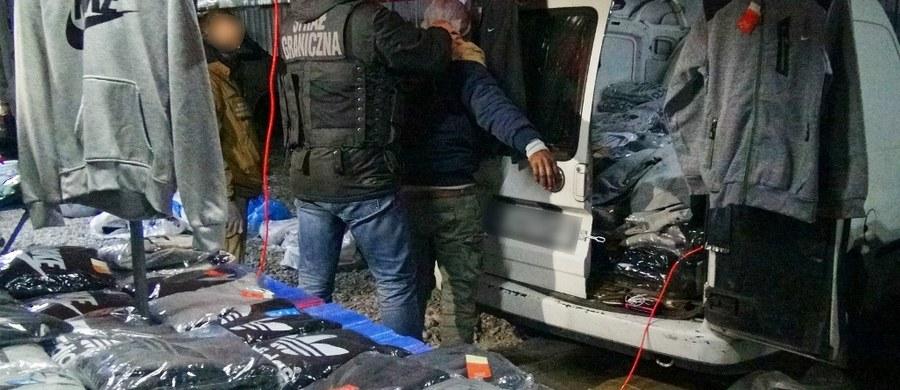 11 osób handlujących podrobioną markową odzieżą, obuwiem, galanterią oraz kosmetykami zostało zatrzymanych na terenie podwarszawskiej Wólki Kosowskiej we wspólnej akcji Nadwiślańskiego Oddziału Straży Granicznej, mazowieckiej Krajowej Administracji Skarbowej i stołecznych policjantów. Na miejscu funkcjonariusze zabezpieczyli 216 busów wypełnionych podrobioną markową odzieżą, obuwiem, galanterią oraz kosmetykami o szacunkowej wartości około 52 mln zł.
