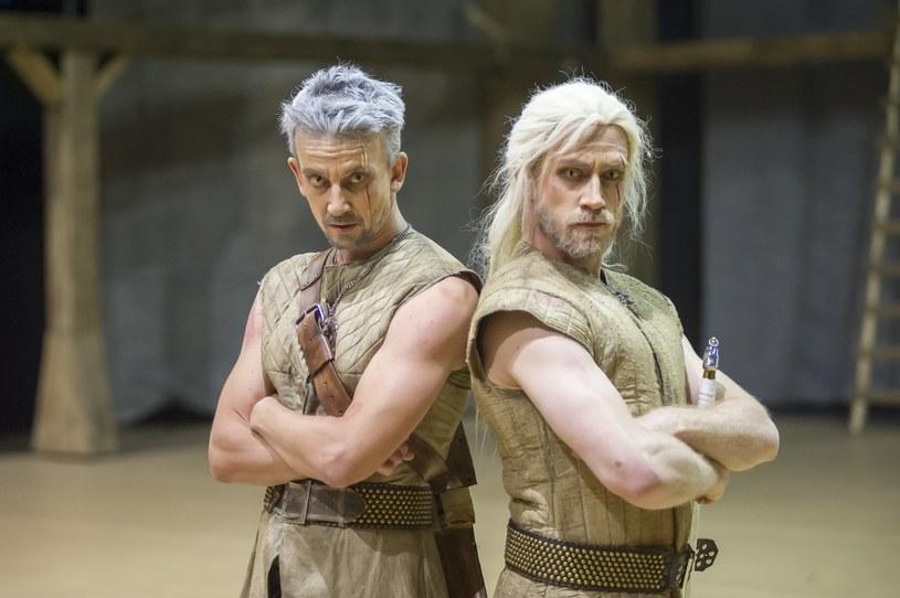 """Najpierw była powieść, później film i gra komputerowa. Teraz """"Wiedźmina"""" możemy zobaczyć również w wersji musicalowej. Geralt z Rivii wymachuje swoim mieczem na deskach Teatru Muzycznego w Gdyni."""