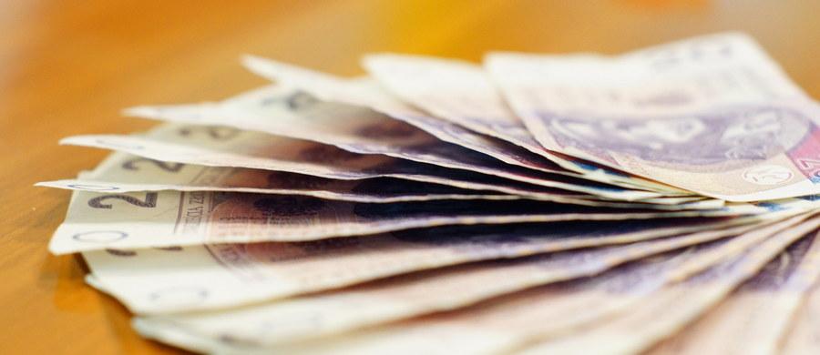 Rząd opowiedział się za podniesieniem kwoty wolnej od podatku do 8 tys. zł oraz limitu ulgi podatkowej dla twórców - wynika z wtorkowego komunikatu Centrum Informacyjnego Rządu. Większość przyjętych zmian dotyczy jednak CIT, ich celem jest uszczelnienie systemu. Zmiany te, to jedne z wielu zawartych w projekcie nowelizacji ustaw o podatkach dochodowych przyjętym we wtorek przez rząd. Chodzi o ustawę o podatku dochodowym od osób fizycznych (PIT), ustawę o podatku dochodowym od osób prawnych (CIT) oraz ustawę o zryczałtowanym podatku dochodowym od niektórych przychodów osiąganych przez osoby fizyczne.