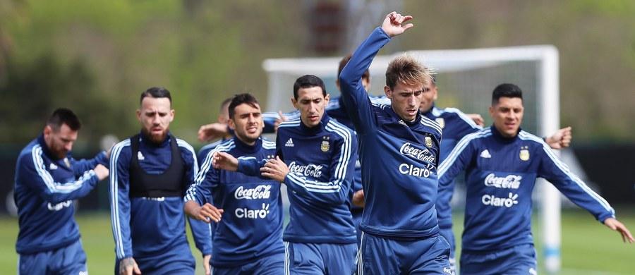 W najbliższych dniach poznamy decydujące rozstrzygnięcia eliminacji Mistrzostw Świata w Europie i Ameryce Południowej. W kilku grupach sytuacja jest bardzo skomplikowana. Pod kreską obecnie są choćby Holendrzy, nerwowe chwile czekają także kibiców z Argentyny. I pomyśleć, że na ostatnich Mistrzostwach Świata oba zespoły grały ze sobą w półfinale.