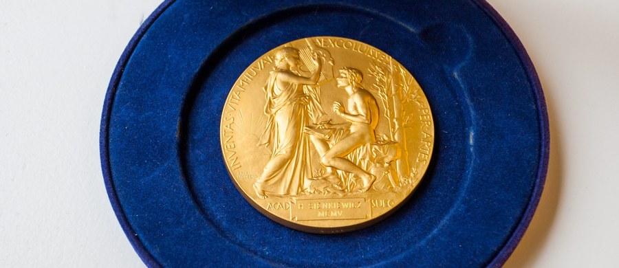 W czwartek o godz. 13 poznamy tegorocznego laureata literackiej Nagrody Nobla. Jego nazwisko wraz z krótkim uzasadnieniem odczyta sekretarz Akademii Szwedzkiej Sara Danius. Co roku bukmacherzy przyjmują zakłady dotyczące potencjalnych laureatów tej nagrody. Często ich przewidywania sprawdzają się. W tym roku listy otwierają Kenijczyk Ngugi Wa Thiong'o, Japończyk Haruki Murakami oraz kanadyjka Margaret Atwood.