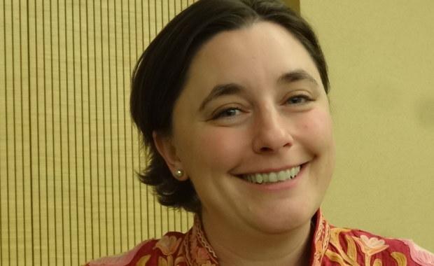 """Wiemy już, że w karmieniu piersią nie chodzi tylko o pokarm, ono ma olbrzymie znaczenie dla zdrowia dziecka i zdrowia samej matki - mówi w rozmowie z RMF FM prof. Katie Hinde, antropolog ewolucyjny z Arizona State University. Badaczka laktacji, autorka poświęconego temu tematowi bloga, przekonuje, że całkowity czas karmienia piersią, który kumuluje się przez cały reprodukcyjny okres życia kobiety zmniejsza ryzyko raka piersi, otyłości, czy cukrzycy typu drugiego. Przyznaje jednak, że choć """"naturalne"""", karmienie piersią nie jest łatwe, kobietom potrzeba w tej dziedzinie więcej wiedzy i wsparcia."""