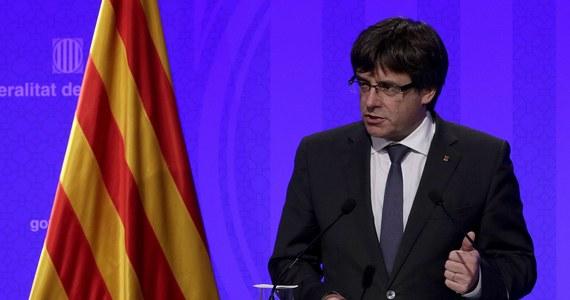 Szef rządu Katalonii Carles Puigdemont wygłosi oświadczenie w środę o godz. 21 - podało źródło z jego kancelarii. Proniepodległościowe partie Katalonii chcą, by w najbliższy poniedziałek regionalny parlament obradował nad ewentualną deklaracją o oderwaniu się od Hiszpanii. Źródła w kancelarii Puigdemonta, na które powołuje się agencja Reutera, nie sprecyzowały, czego dokładnie będzie dotyczyło wieczorne oświadczenie.