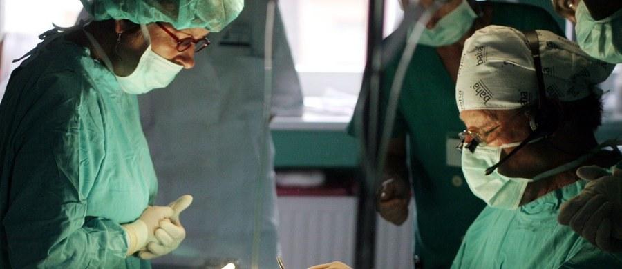 Szczecińscy lekarze przeprowadzili udaną wewnątrznaczyniową operację pękniętego tętniaka rozwarstwiającego u 11-letniej dziewczynki. Jak poinformowała rzeczniczka Szpitala Klinicznego Pomorskiego Uniwersytetu Medycznego, to najprawdopodobniej pierwsza na świecie taka operacja przeprowadzona u dziecka.