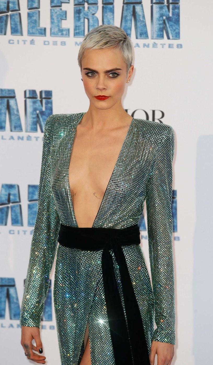 """Brytyjska modelka i aktorka, Cara Delevingne ujawniła swój kolejny talent. 5 października na sklepowe półki trafi debiutancka powieść 25-latki. W Polsce książka """"Mirror, Mirror"""" ukaże się 11 października."""
