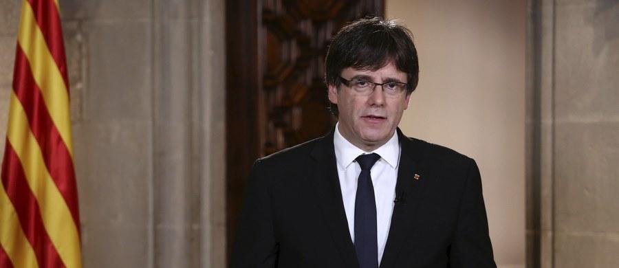 """Szef katalońskiego rządu Carles Puigdemont powtórzył w środę wieczorem, że władze regionu muszą wprowadzić w życie wynik niedzielnego referendum niepodległościowego, w którym 90 proc. głosujących opowiedziało się za oderwaniem się od Hiszpanii. Zapewnił, że jest zwolennikiem negocjacji, które rozwiązałyby kryzys wokół tego plebiscytu. Puigdemont skrytykował też wtorkowe wystąpienie króla Filipa VI. Jego zdaniem, monarcha """"rozczarował wiele osób w Katalonii""""."""