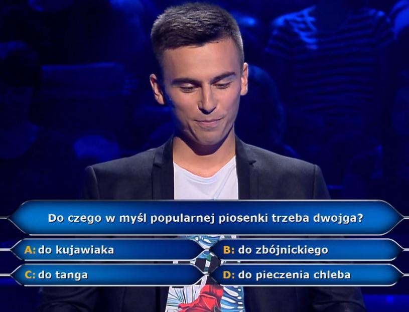 """""""Bo do tanga trzeba dwojga"""" - fragment tego przeboju Budki Suflera zaśpiewali towarzysze jednego z uczestników """"Milionerów""""."""