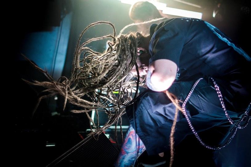 """Brytyjski """"Daily Mirror"""" podał, że wszyscy muzycy polskiego deathmetalowego zespołu Decapitated usłyszeli zarzuty zgwałcenia fanki. Członkowie formacji po medialnych doniesieniach opublikowali kolejne oświadczenie"""