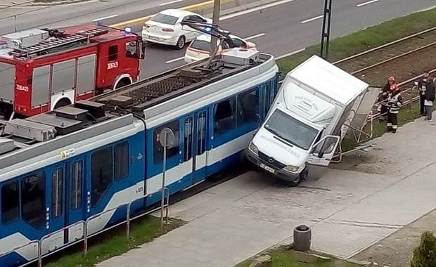 Zderzenie tramwaju nr 23 z samochodem dostawczym przy ul. Wodnej w Krakowie. Ranny został motorniczy. Informację dostaliśmy na Gorącą Linię RMF FM.