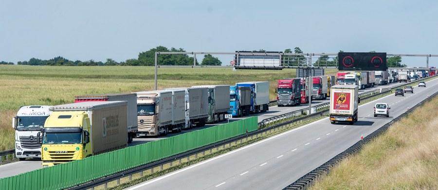 """Pięcio-, ośmio- czy nawet 18-kilometrowe korki na dolnośląskim odcinku A4 między węzłami Brzezimierz i Wrocław Wschód - tak w ostatnich dniach wygląda """"jazda"""" kierowców po tej trasie. To efekt trwającego na tym odcinku remontu. Kierowcy w obu kierunkach muszą korzystać z jednej nitki jezdni. Dobra informacja - remont zakończy się za miesiąc. Zła - w ciągu najbliższych dwóch tygodni zwężenie będzie obowiązywać na jeszcze jednym fragmencie na tym odcinku. Mimo remontu, GDDKiA nie zamierza rezygnować z pobierania opłat za przejazd autostradą."""