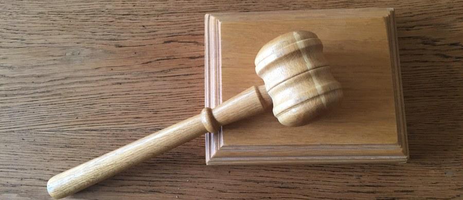 10 lat więzienia i dożywotni zakaz prowadzenia pojazdów - to prawomocny już wyrok w sprawie 23-letniego Kamila J. Mężczyzna ponad rok temu pod wpływem dopalaczy i marihuany spowodował śmiertelny wypadek drogowy w Zawadzie niedaleko Częstochowy.