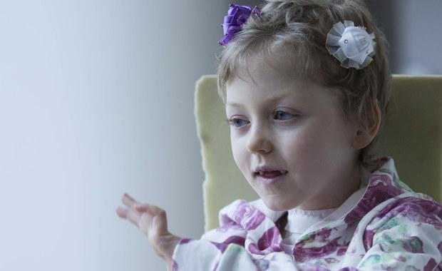 Lekarze prawie nie dawali jej szans na przeżycie. Dziś siedmioletnia Laura z okolic Złotoryi rusza rękami, mówi i sama jeździ na wózku. Rok temu w czasie zabawy na podwórku dziewczynka nabiła się na widły. Narzędzie przebiło czaszkę i wbiło się w mózg.