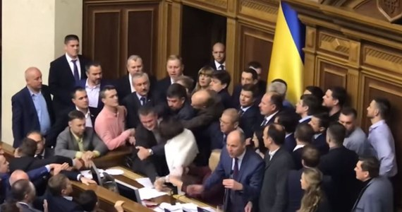 Blokowanie prezydium, przepychanki, wyrywanie sobie mikrofonów i ogólny chaos – to nie polski Sejm, a ukraińska Rada Najwyższa. Posłowie omawiali prezydencki projekt ustawy o reintegracji Donbasu i uznaniu Rosji za agresora. Opozycja zablokowała jednak w pewnym momencie trybunę.