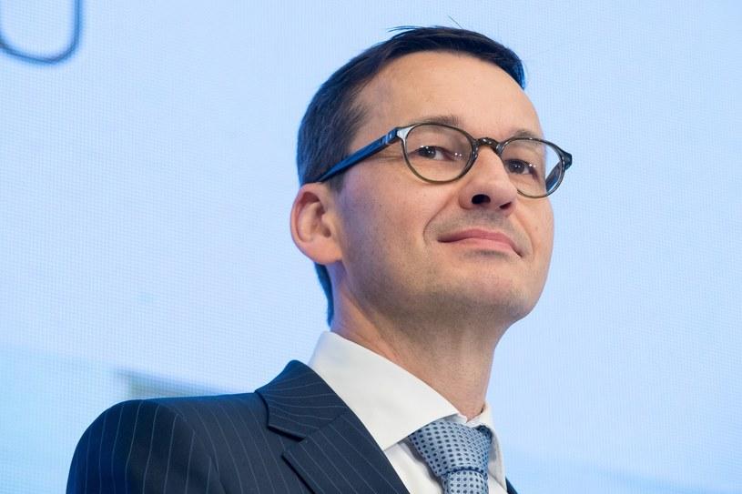 Jak połączyć osobę ministra Mateusza Morawieckiego z kultowymi, polskimi piosenkami? Wystarczyło jedno zdjęcie, a internauci natychmiast znaleźli pomysł.
