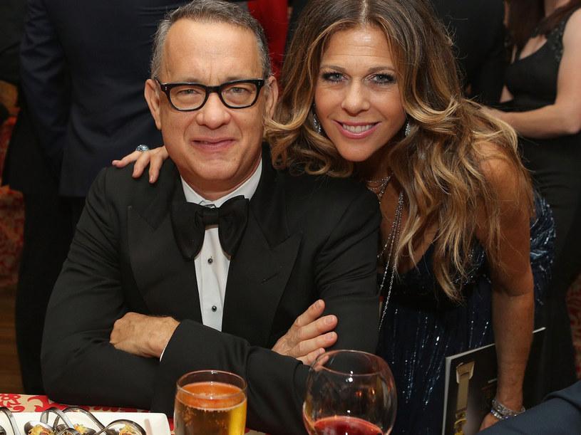Oboje są aktorami, producentami, lubią się uśmiechać i nie cierpią traktować innych z góry. Rita Wilson i Tom Hanks poznali się w 1980 roku, a od 1985 nie są w stanie wytrzymać bez siebie dłużej niż kilka dni.