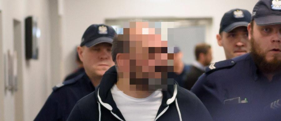 """Jestem niewinny, zrobiono ze mnie ofiarę medialną - powiedział w sądzie Arkadiusz Ł. ps. """"Hoss"""", który, według prokuratury, jest pomysłodawcą oszustw metodą """"na wnuczka"""". W piątek poznański sąd okręgowy kontynuował jego proces. Druga rozprawa trwa niecałe 20 minut."""