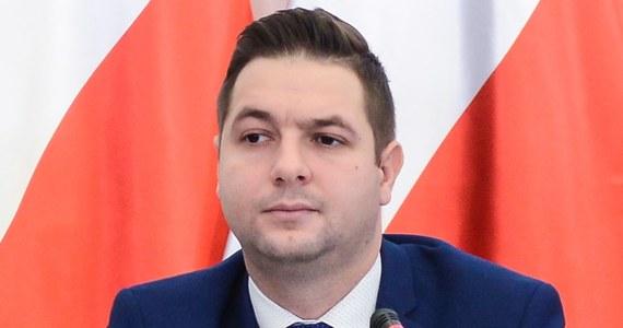 Platforma Obywatelska złoży wniosek do sejmowej komisji etyki o ukaranie wiceministra sprawiedliwości Patryka Jakiego w związku z jego wypowiedziami pod adresem Rzecznika Praw Obywatelskich Adama Bodnara. Jak mówiły w piątek posłanki Platformy - są one próbą zniesławienia i zastraszenia Bodnara.