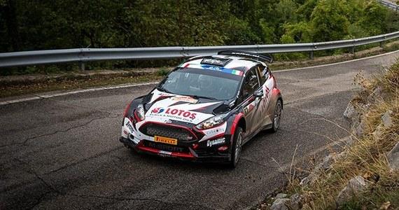 Ruszają zmagania Rajdowych Mistrzostw Europy, tym razem na Łotwie. Nieco ponad trzy kilometry mierzył odcinek kwalifikacyjny przed Rajdem Lipawy, finałową rundą cyklu FIA ERC 2017. Kajetan Kajetanowicz i Jarek Baran pokonali go równym i skutecznym tempem, wykręcając czwarty czas i finiszując niespełna trzy sekundy za zwycięzcami. Główni rywale Polaków w klasyfikacji sezonowej uplasowali na dziewiątej pozycji. Przed załogą LOTOS Rally Team duże wyzwanie: walczą o trzeci z rzędu tytuł mistrzowski!