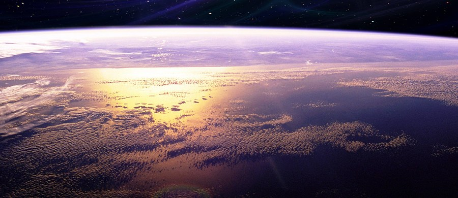 """Kilkunastometrowa planetoida 2012 TC4 przeleci w czwartek 12 października w odległości ok. 50 tys. km od Ziemi. Będzie więc wtedy prawie osiem razy bliżej naszej planety niż Księżyc - poinformował dr Paweł Wajer z Centrum Badań Kosmicznych PAN. """"Obserwacje wskazują, że obiekt nie zderzy się z Ziemią"""" - zapewnił Wajer."""