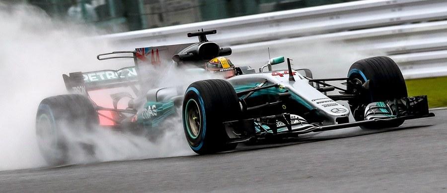 Brytyjczyk Lewis Hamilton (Mercedes GP) po raz 71. w karierze wygrał kwalifikacje do wyścigu Formuły 1. Lider klasyfikacji generalnej mistrzostw świata w niedzielę na torze Suzuka wystartuje z pierwszej linii podczas Grand Prix Japonii, 16. rundy cyklu. Hamilton, uzyskując czas 1.27,319, poprawił rekord toru należący od 2006 roku do Niemca Michaela Schumachera.