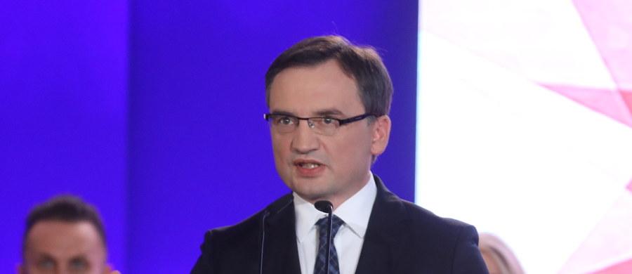Nie wstydzimy się naszych wartości, bronimy ich oraz interesu Polski na forum międzynarodowym. Chcemy wspólnoty, ale pamiętamy, że naszym pierwszym zadaniem są zobowiązania wobec Polek i Polaków - mówił na konwencji Solidarnej Polski minister sprawiedliwości Zbigniew Ziobro.