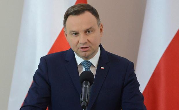 """""""Ataki na mnie pochodzą głównie z jednego środowiska"""" - mówi Andrzej Duda w wywiadzie dla tygodnika """"Do Rzeczy"""". Prezydent precyzuje, że chodzi o """"jednego z koalicjantów PiS w ramach Zjednoczonej Prawicy""""."""