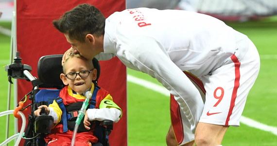 Robert Lewandowski został wprowadzony na boisko przez niepełnosprawnego chłopca. Dla Franka Trzęsowskiego z kaliskich Sulisławic było to niezapomniane przeżycie.